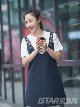 深V领大圆扣装饰个性简约背带裙