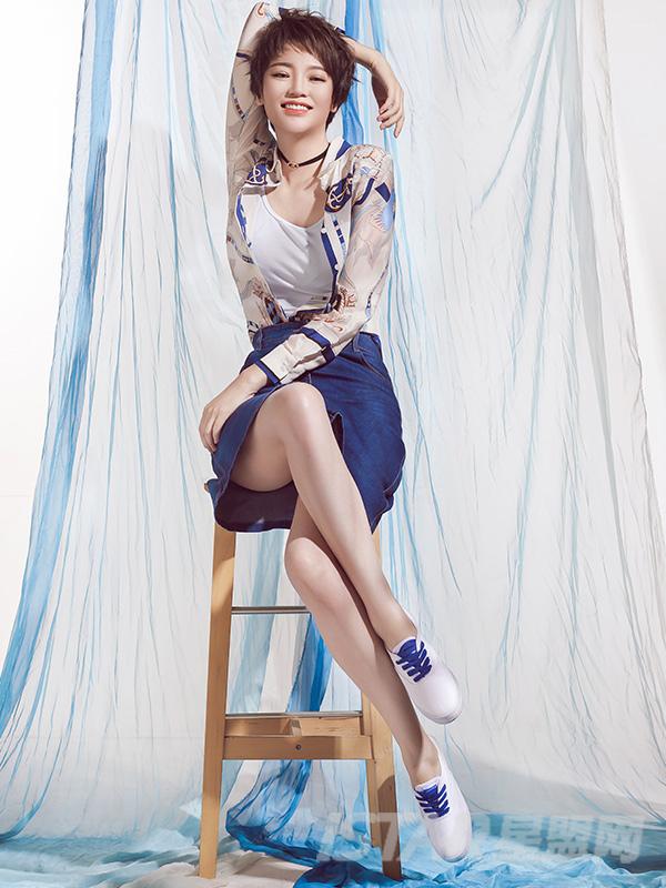 蓝色印花真丝上衣