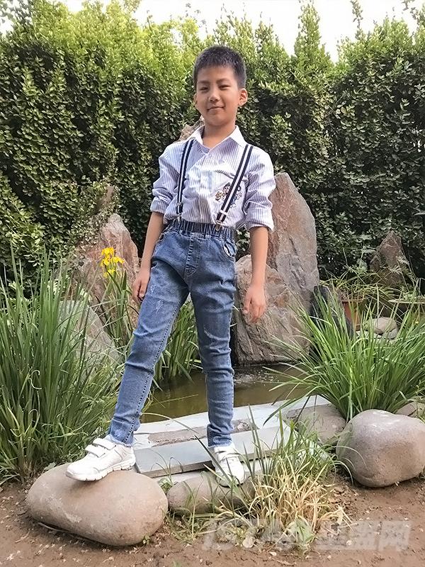 清新蓝休闲运动童装牛仔背带裤