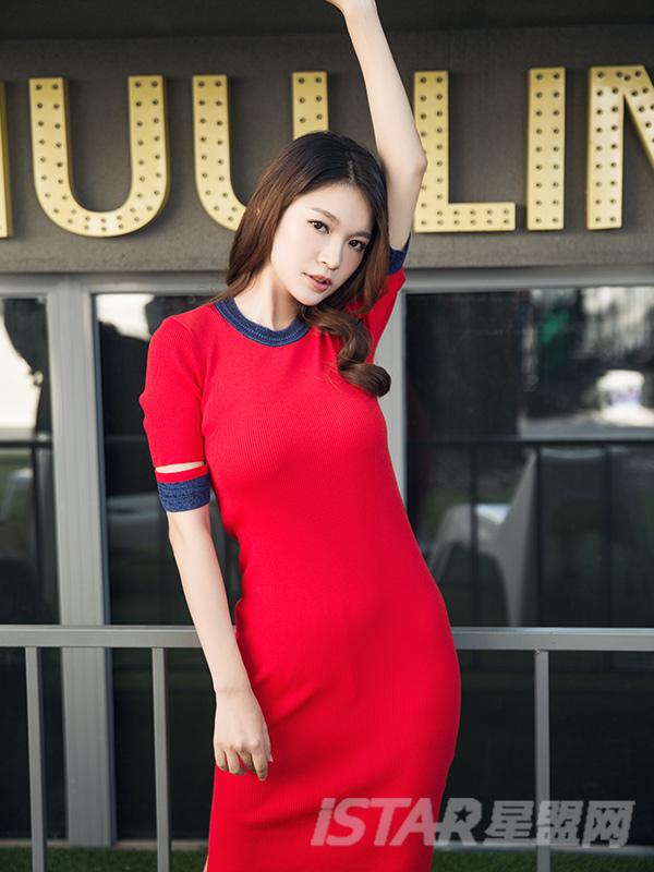 红蓝撞色针织短袖连衣裙