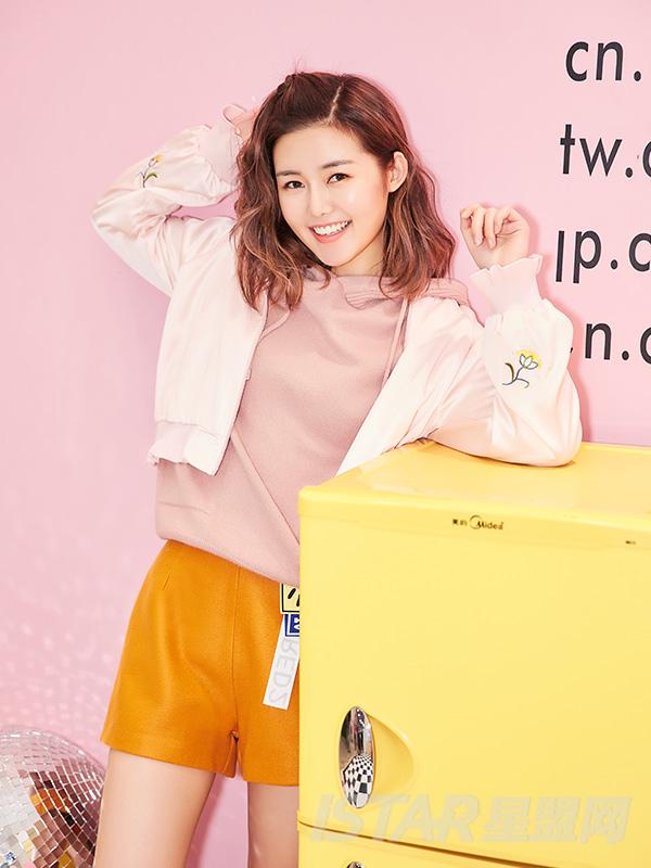 @蒋赫 甜美粉精致花朵刺绣装饰时尚休闲棒球外套