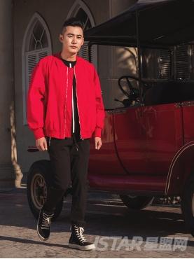 经典红纯色中性舒适时尚棒球服外套
