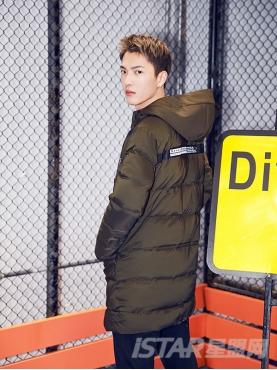 @董岩磊 时尚贴布装饰个性前长后短设计时尚军绿色廓型保暖舒适羽绒服