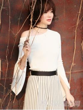 修身白色上衣个性露肩开叉长袖针织衫
