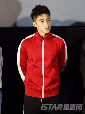 经典红、黑撞白色拉链肩缝个性设计运动休闲上衣