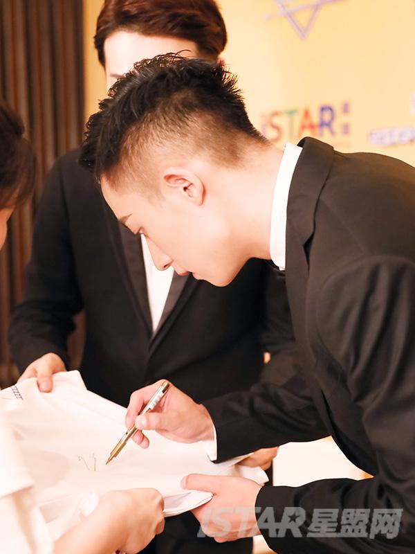 谷嘉诚签名T恤