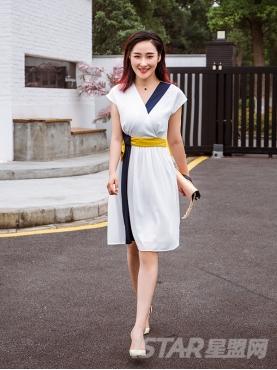 优雅白时尚撞色收腰设计百褶裙摆简约大气连衣裙