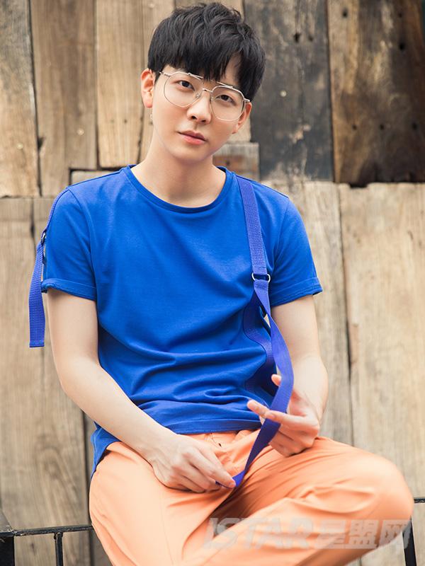 蓝色织带五金T恤