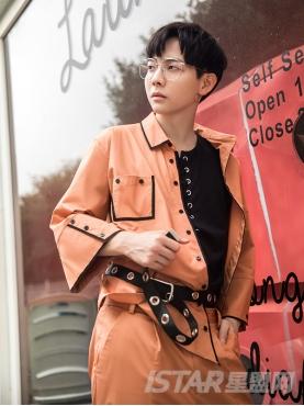橘色撞黑色织带纽扣中袖设计时尚休闲衬衣
