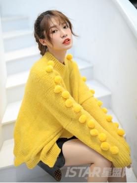 柠檬黄同色毛球装饰短款舒适套头针织衫