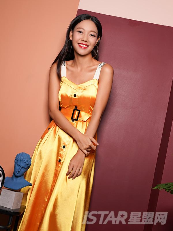 缎面排扣连衣裙