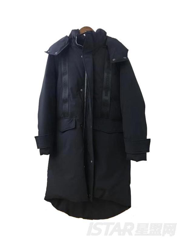 黑色长款羽绒服